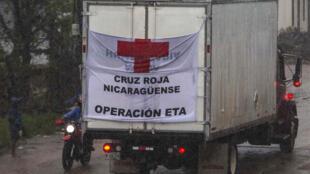 Um caminhão da Cruz Vermelha circula por Puerto Cabezas (Nicarágua), enquanto o furacão Iota avança ao longo da fronteira com Honduras.