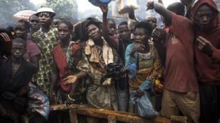 En juillet 2014, des déplacés protestent contre le manque de nourriture dans le camp de Don Bosco qui abrite 18 000 personnes ayant fui les violences entre Séléka et anti-balaka à Bangui.