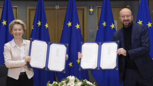Ursula von der Leyen et Charles Michel venant de signer l'accord post-Brexit, le 30 décembre 2020 à Bruxelles