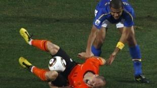 Felipe Melo atinge atacante holandês Robbem em jogo das quartas-de-final.