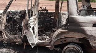 Niger: le véhicule calciné dans lequel se trouvaient les six Français et leurs accompagnateurs nigériens, attaqués le 9 août dans un parc animalier de la région de Kouré.