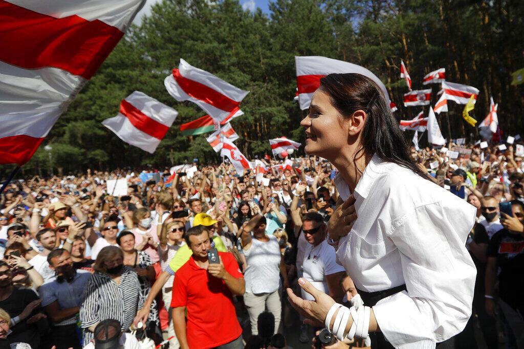 Antes do exílio, a líder da oposição bielorrussa, Svetlana Tikhanovskaia frente aos protestos em seu país.