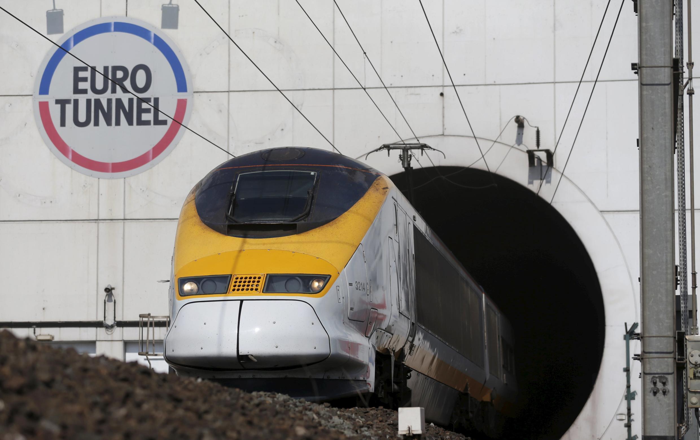 Mais de dois mil migrantes subiram nos veículos em movimento para tentar atravessar o Eurotúnel na madrugada desta terça-feira (28).