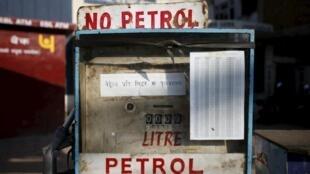 Le blocage des camions transportant de l'essence par les manifestants ont progressivement créé une pénurie dans le reste du pays, comme ici à Katmandou.