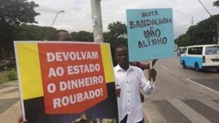 """Plusieurs dizaines de manifestants se sont réunis à Luanda, ce samedi 17 mars. """"Rendez à l'Etat l'argent dérobé"""", peut-on lire sur la pancarte."""