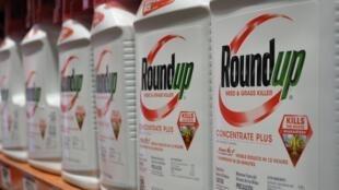 Botellas del herbicida Roundup de Monsanto se exhiben para la venta en un comercio de Glendale, California (EEUU), el 19 de junio de 2018