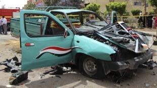 En Egypte, les décombres de la voiture du général Ahmed Zaki, après l'explosion qui a provoqué sa mort, le 23 avril 2014.