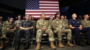 Militares norte-americanos assistem o presidente Donald Trump apresentar sua nova estratégia para o Afeganistão no Fort Meyer, Virgínia, em 21 de agosto de 2017.