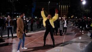 La gente baila con máscaras faciales durante una protesta al aire libre, convocada por los gremios de discotecas en apoyo de la reapertura de los locales de ocio nocturno, el 21 de noviembre de 2020 en Barcelona