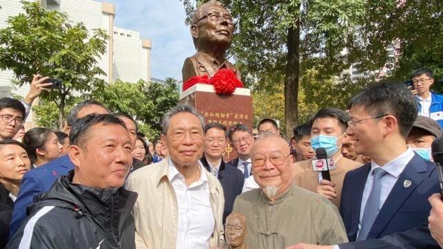 钟南山为自己塑像揭幕引发舆论惊诧(photo:RFI)