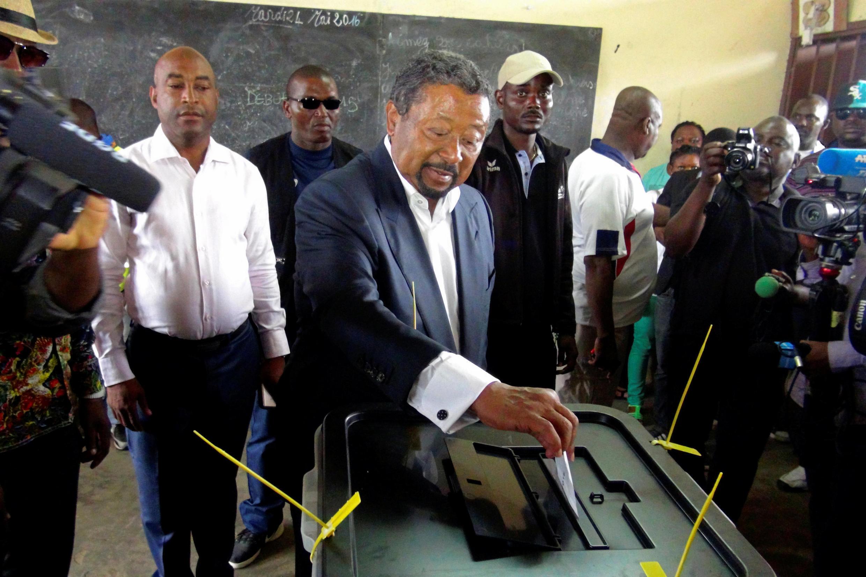 Le candidat Jean Ping dépose son bulletin dans l'urne, ce 27 août à Libreville.