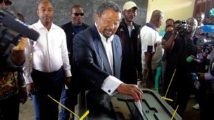 Jean Ping, candidato às Presidenciais, votando ontem na cidade de Libreville.