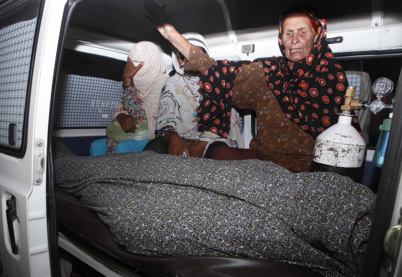 Одна из родственниц оплакивает тело забитой камнями Фарзаны Парвин, 27 мая