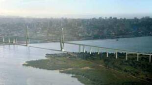 Foto da Ponte Maputo-Katembe em construção. Obra inaugurada em novembro de 2018