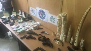 Des armes dont un pistolet d'assaut Uzi ont été saisis au domicile des trafiquants, ainsi que du cash et des montres de luxe.