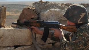 Un soldat arménien de la République autoproclamée du Haut-Karabagh sur la ligne de front, à la frontière de l'Azerbaïdjan, en 2012.