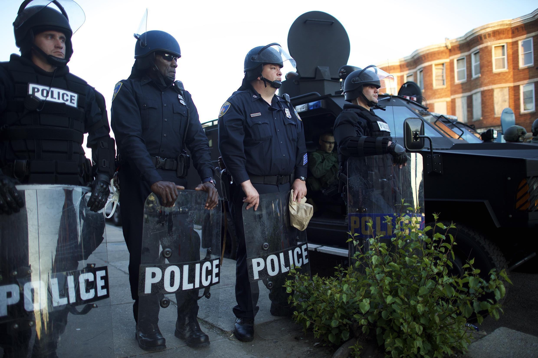 A la tombée de la nuit, le 28 avril, la police de Baltimore parcourt la ville pour prévenir de l'entrée en vigueur imminente du couvre-feu.