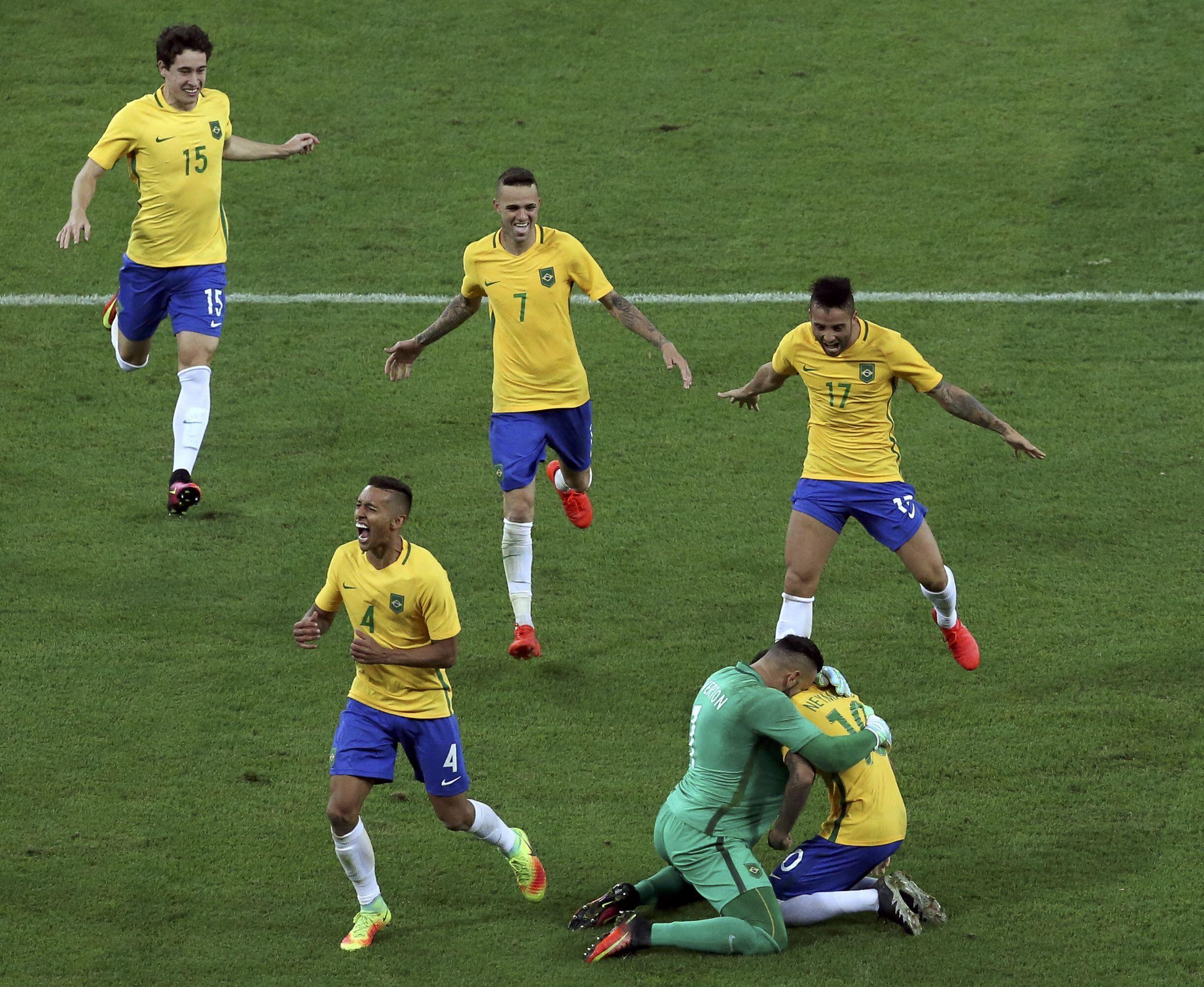 Jogadores comemoram conquista no gramado do Maracanã.