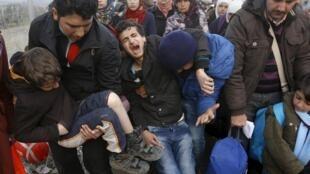 """پناهجویان در شهر مرزی """"ایدومنی"""" در انتظار ورود به مقدونیه. ٨ اسفند/ ٢٧ فوریه ٢٠۱۶"""