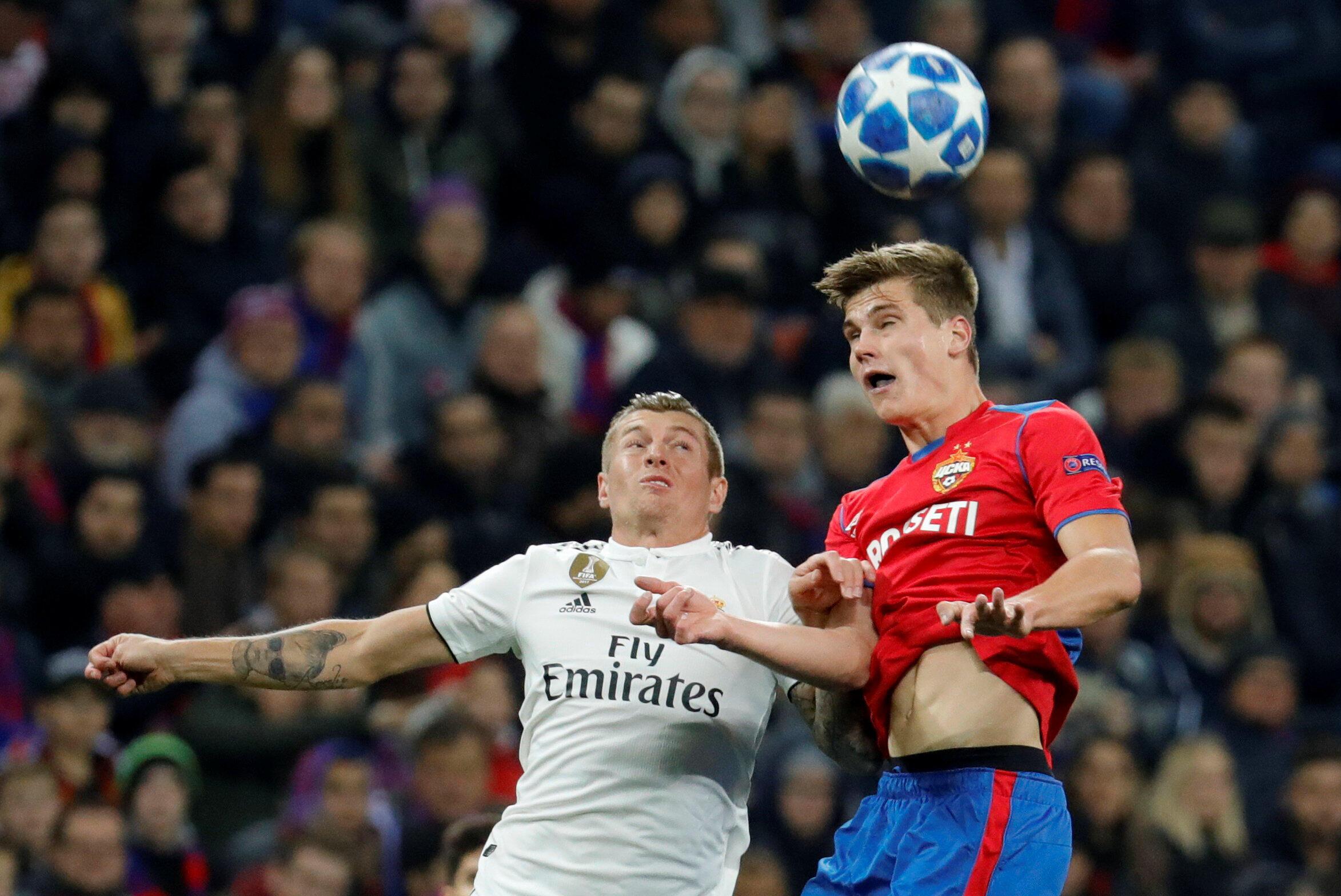 Le milieu de terrain allemand du Real Madrid Toni Kroos devancé par le joueur du CSKA Moscou Jaka Bijol.