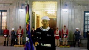 Un marinero posa frente al Palacio presidencial, durante la transmisión satelital de los alegatos de Bolivia ante la Corte Internacional de Justicia en La Haya, el 19 de marzo de 2018.