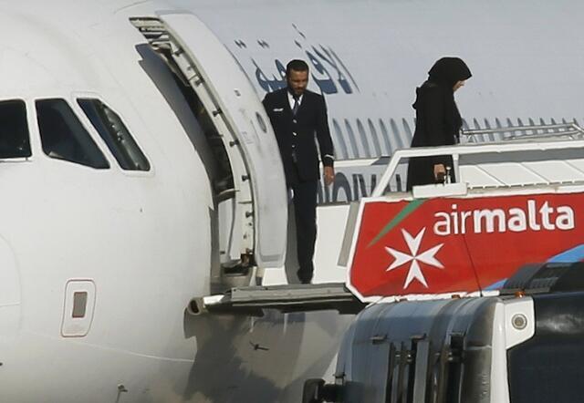 Passageiros desembarcam de avião líbio sequestrado e desviado para Malta.