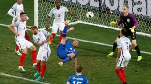 Trận so tài giữa đội Iceland (áo lam) và Anh quốc tại sân vận động ở Nice, Pháp, ngày 27/06/2016.