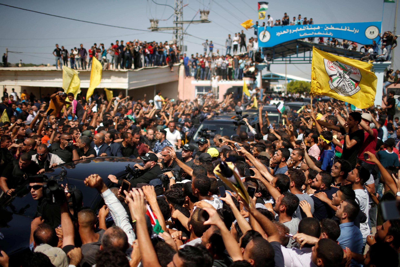Palestinos festejam a chegada do comboio do premiê Rami Hamdallah na Faixa de Gaza, em 2 de outubro de 2017.