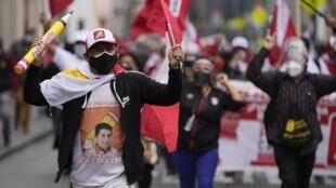 Manifestation de partisans du candidat Pedro Castillo à la présidentielle péruvienne, à Lima le 9 juin 2021.