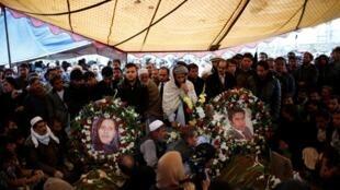Sardar Ahmad e sua esposa, Homaira, foram homenageados em Cabul antes de serem enterrados com dois dos filhos, mortos no mesmo ataque.
