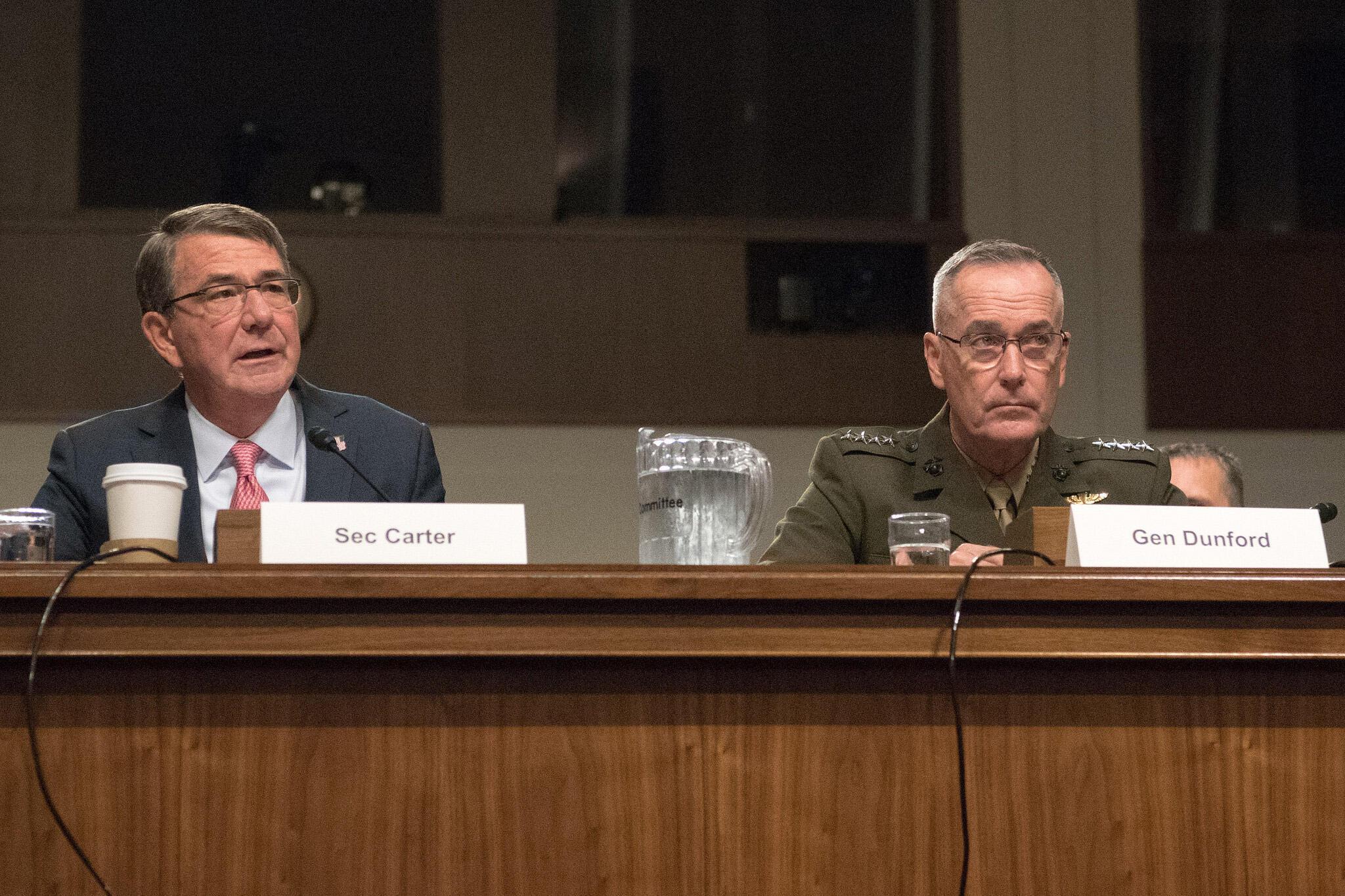 Bộ trưởng Quốc Phòng Mỹ Carter Ashton (T) và tướng Joe Dunford, tham mưu trưởng liên quân Mỹ, trong cuộc điều trần tại Thượng viện, Washington, ngày 22/09/2016