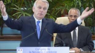 Le Premier ministre français Jean-Marc Ayrault devant les élus du Congrès, entouré à droite par le ministre des Outre-mer Victorin Lurel. Nouméa, le 26 juillet 2013.