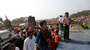 Aung San Suu Kyi en campagne à Mogaung, le 23 février 2012.