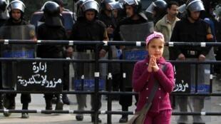 Une petite fille devant les forces de police à Alexandrie en Egypte, le 3 janvier.