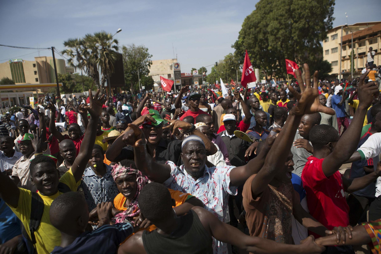 Manifestantes tomaron las calles de Uagadugú para protestar contra el presidente Blaise Compaoré. REUTERS/Joe Penney.