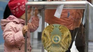 Bầu cử tổng thống : Tại một phòng phiếu ở Astana, Kazakhstan, ngày 26/04/2015.