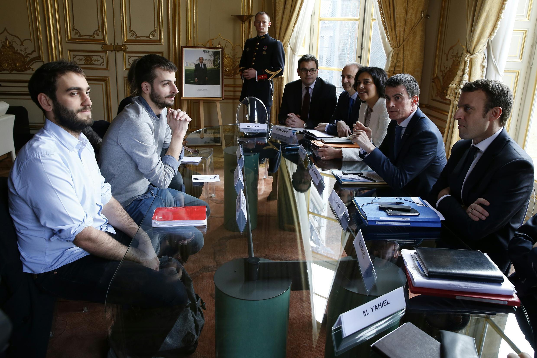 Les représentants de l'Union nationale française des étudiants de France (UNEF) rencontre Myriam El Khomri (ministre du Travail), Manuel Valls (Premier ministre) et Emmanuel Macron (ministre de l'Economie) à l'Elysée, à Paris, le 11 mars 2016.