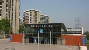 La ville de Grigny dans le département de l'Essonne en région parisienne. Au premier plan, la Gare RER de Grigny-Centre.