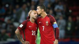 Cristiano Ronaldo consola Quaresma depois da derrota contra o Chile.