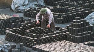 Le charbon est encore très utilisé au Vietnam pour cuisiner. Energie fossile, principale responsable des émissions de GES.