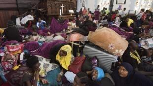 Des centaines de réfugiés dorment dans une église méthodiste après avoir été chassés des abords d'un bureau du Haut Commissariat des Nations unies pour les réfugiés, au Cap (Afrique du Sud) le 31 octobre 2019.
