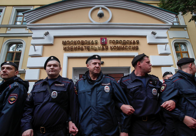 Полицейские у Мосгоризбиркома, 14 июля 2019