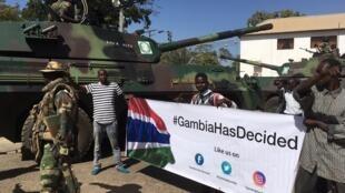 Askari wa ECOWASwapiga kambi mbele ya Ikulu ya rais mjini Banjul, nchini Gambia tarehe 23 Januari 2017.