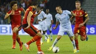 Franck Ribery (d) et Axel Witsel en duel lors du match Belgique - France, le 14 août 2013 à Bruxelles.
