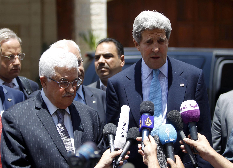 Ngoại trưởng Mỹ John Kerry trả lời báo chí sau khi gặp chủ tịch Palestine Mahmoud Abbas tại Cisjordanie ngày 30/06/2013.