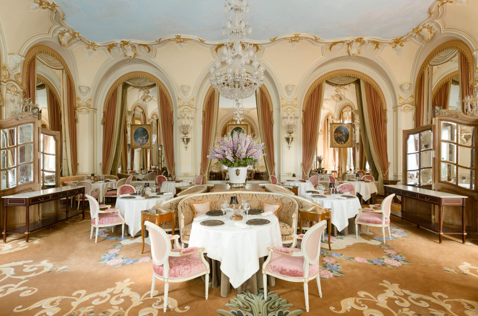 В меню вечернего ресторана L'Espadon нет комплиментов отшефа и преддесертов.  «Люди выбирают разные блюда, акомплименты имприносят одни итеже, вэтом нет никакого смысла»,— говорит шеф-повар Николя Саль.