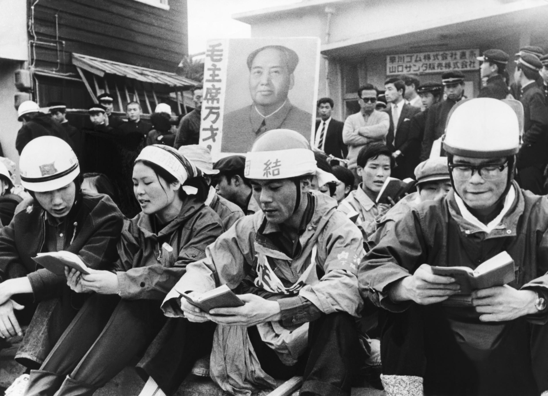 Giới trẻ Nhật Bản, tay cầm Sách Đỏ của Mao Trạch Đông, biểu tình vào tháng 7/1968 chống triển hạn hiệp ước an ninh Mỹ - Nhật.