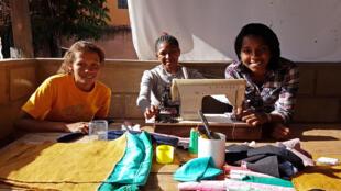 Dans l'atelier de Jeni (à droite sur la photo) avec deux employées malentendantes.