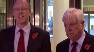 Le patron de la BBC, George Entwistle (G), annonce sa démission aux côtés de Lord Patten, président du conseil d'administration de la BBC, devant le siège de la chaîne, le 10 novembre 2012.