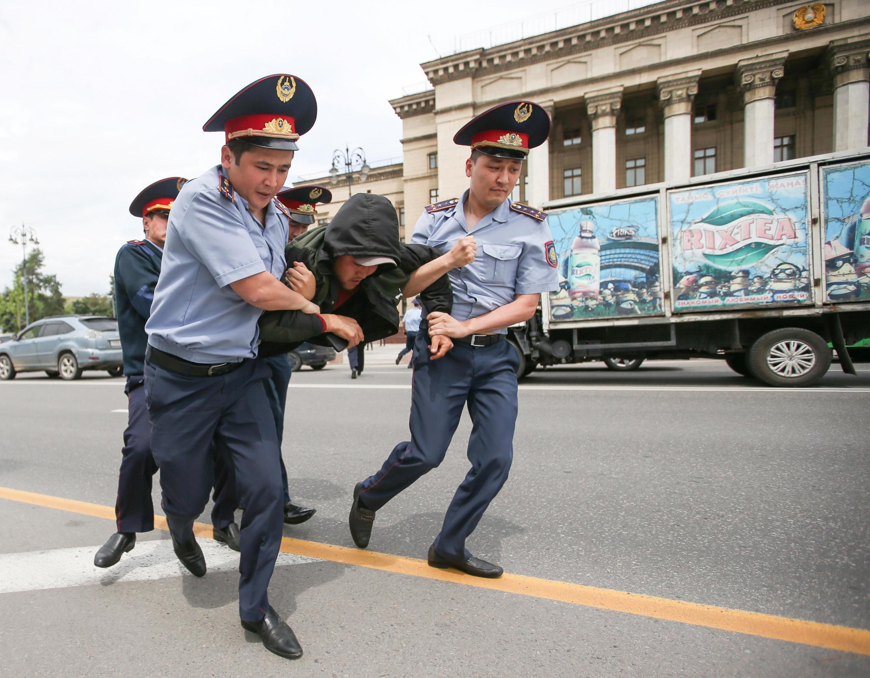По данным МВД Казахстана, за два дня в Алматы и Нур-Султане задержали около 700 человек